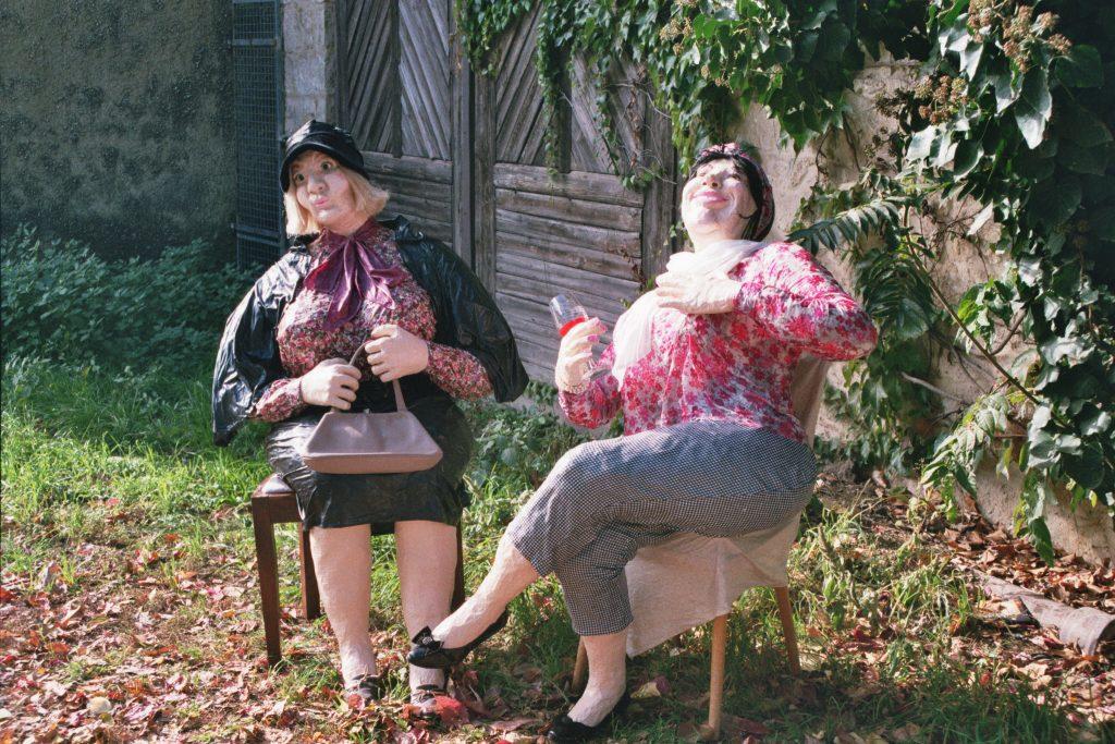 zwei Damen genießen den Sonnenschein